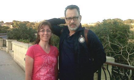 Tom Hanks com fã em Blue Grotto Qrendi, Malta